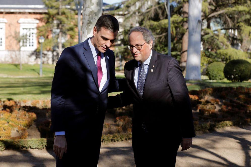Foto: Pedro Sánchez charla con Quim Torra en la Moncloa, a su llegada a la primera reunión de la mesa de diálogo. (EFE)