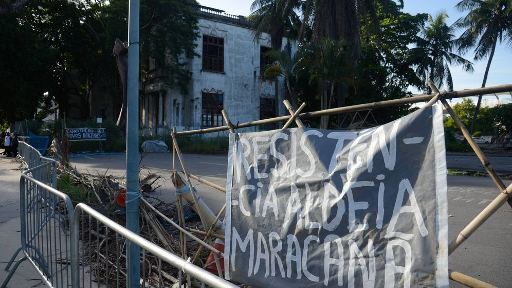 Foto: Pancarta de resistencia colocada cerca del estadio Maracaná por la tribu tupinambá (Tomaz Silva/Agência Brasil)
