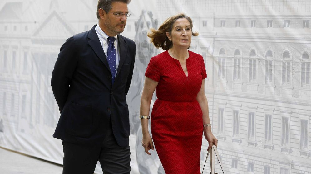 Foto: El ministro de Justicia, Rafael Catalá (i), y la ministra de Fomento, Ana Pastor (d),