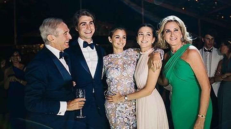 Alberto Palatchi y Susana Gallardo con sus tres hijos, en la boda de Gabriela. (Instagram)