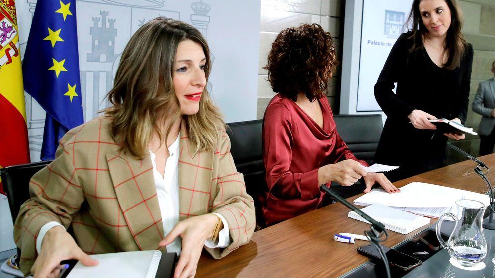 Foto: Las ministras de Trabajo, Yolanda Díaz, Portavoz del Gobierno, María Jesús Montero, e Igualdad, Irene Montero (i a d). (EFE)