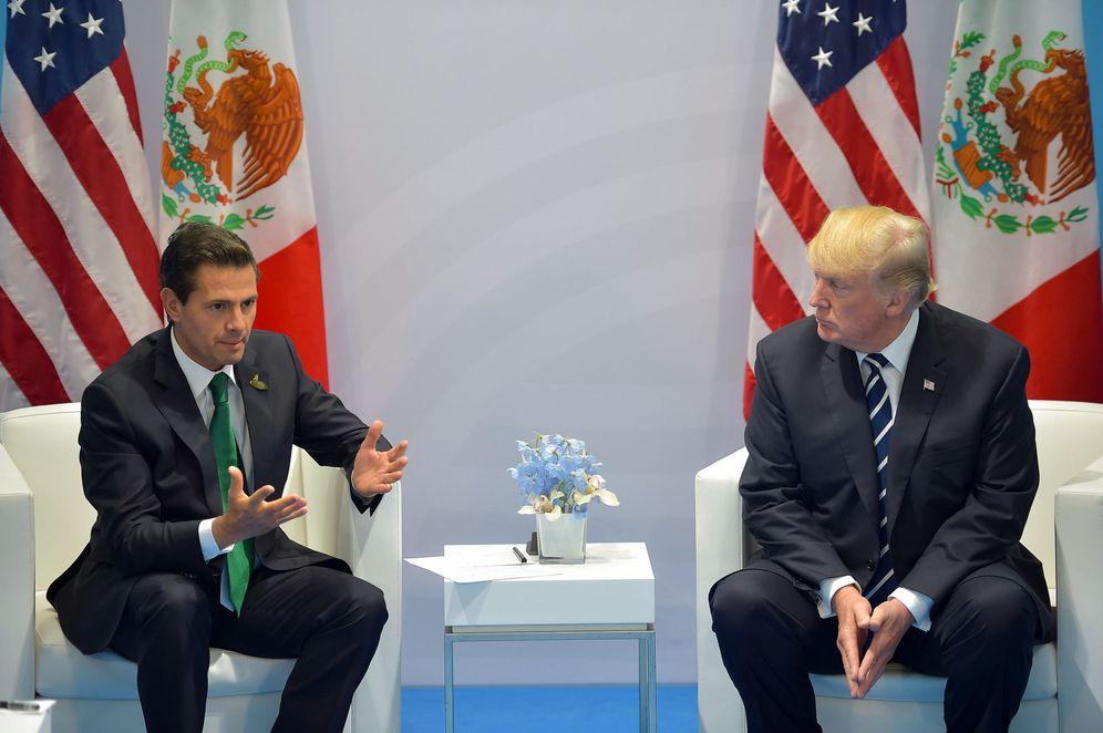 Foto: El presidente mexicano Enrique Peña Nieto conversa con Donald Trump en la cumbre del G20 en Hamburgo, el 7 de julio de 2017. (EFE)