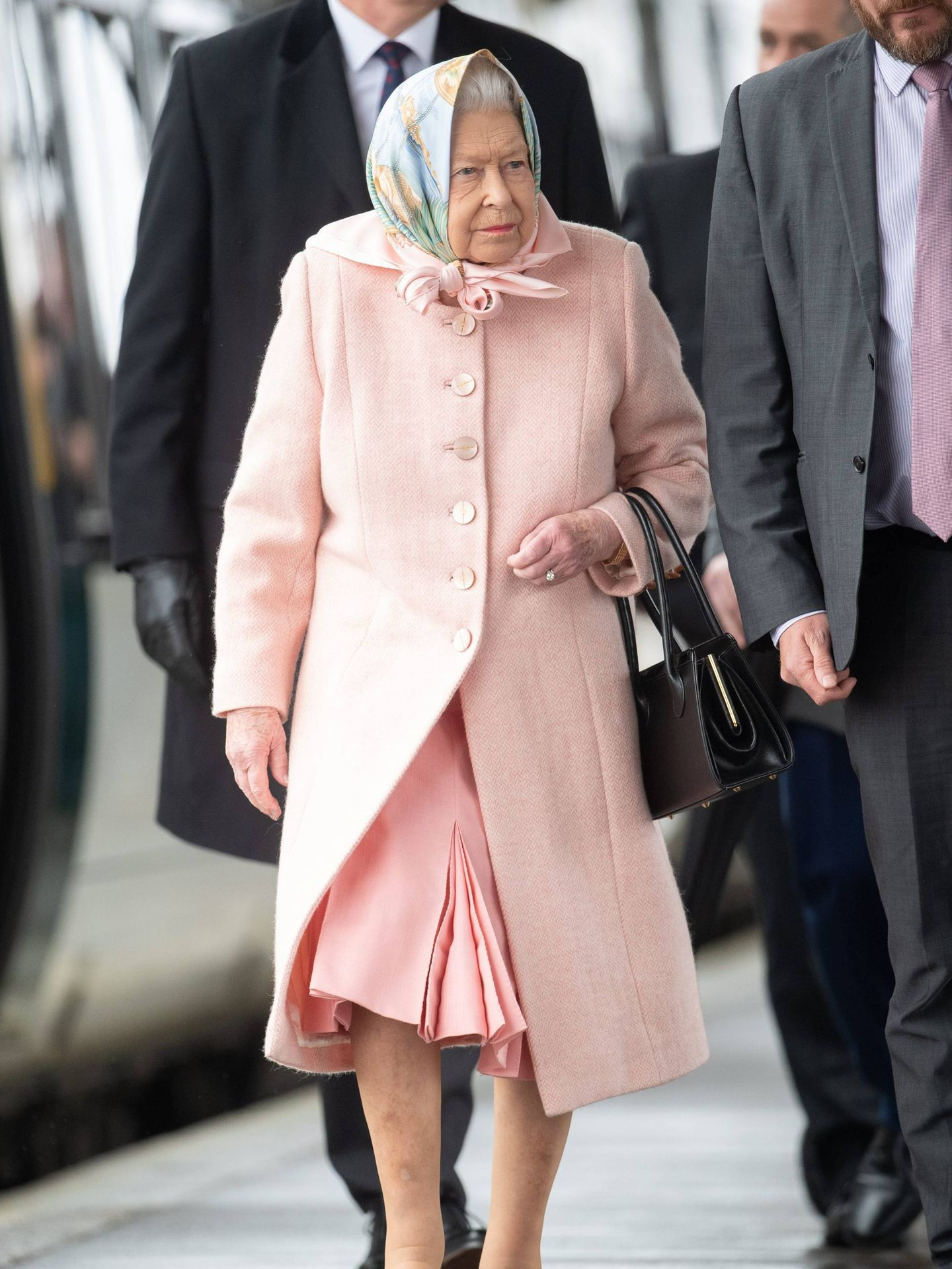 La reina Isabel, a su llegada a la estación de tren de Norfolk. (Cordon Press)
