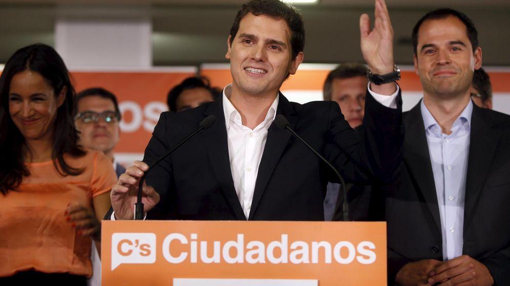 Foto: Albert Rivera valora los resultados junto a Begoña Villacís e Ignacio Aguado. (Reuters)