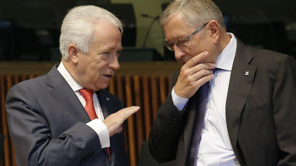 Foto: Klaus Regling (I), director gerente del fondo de rescate de la Eurozona (Efe).