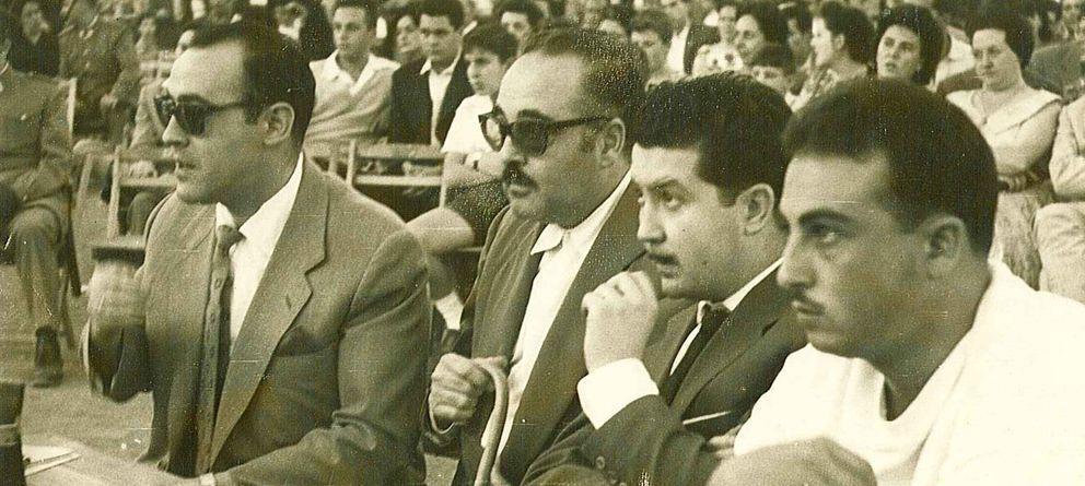Foto: Manuel Alcántara, segundo por la derecha, en un combate de boxeo (Fundación Manuel Alcántara)