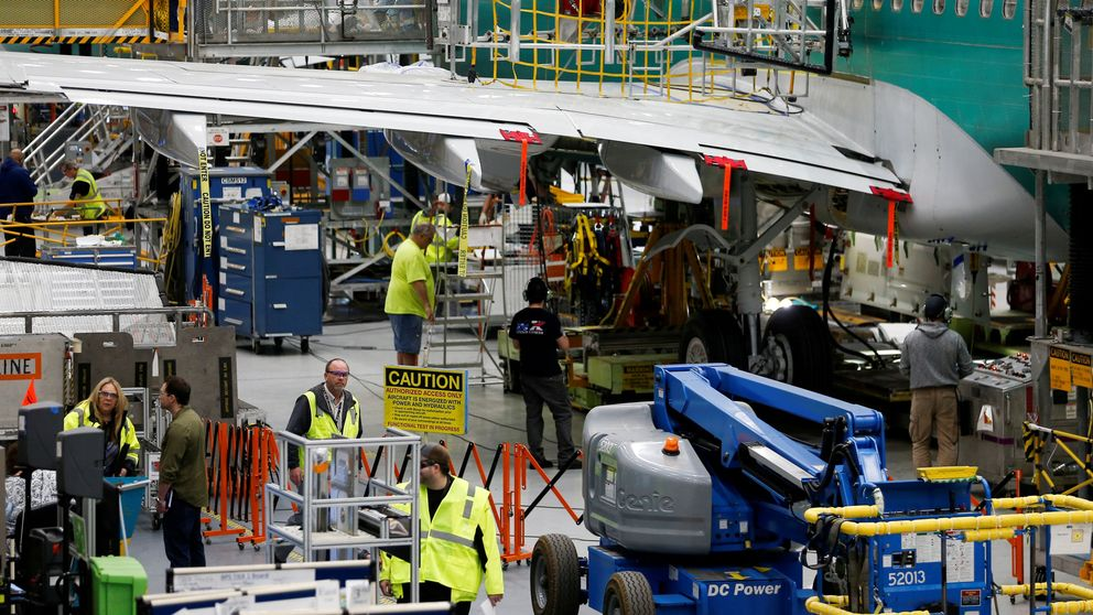 Boeing revisa 400 737 MAX al encontrar objetos extraños en tanques de combustible