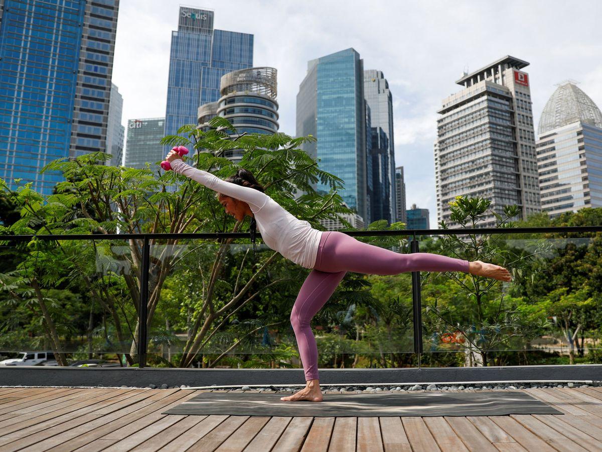 Foto: El pilates se puede practicar en cualquier momento y lugar (Reuters/Willy Kurniawan)