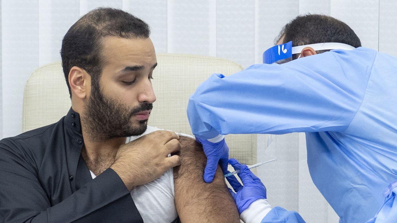 El príncipe heredero de Arabia Saudí,  recibiendo la vacuna. (EFE)