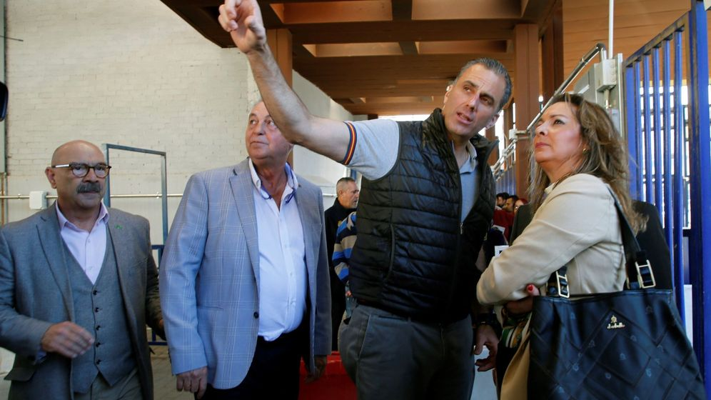 Foto: El líder de Vox en Melilla, Jesús Delegado (segundo por la izquierda), junto al secretario general de Vox España, Javier Ortega Smith (segundo derecha), uno de los dirigentes de Vox que critica Delgado. (EFE)