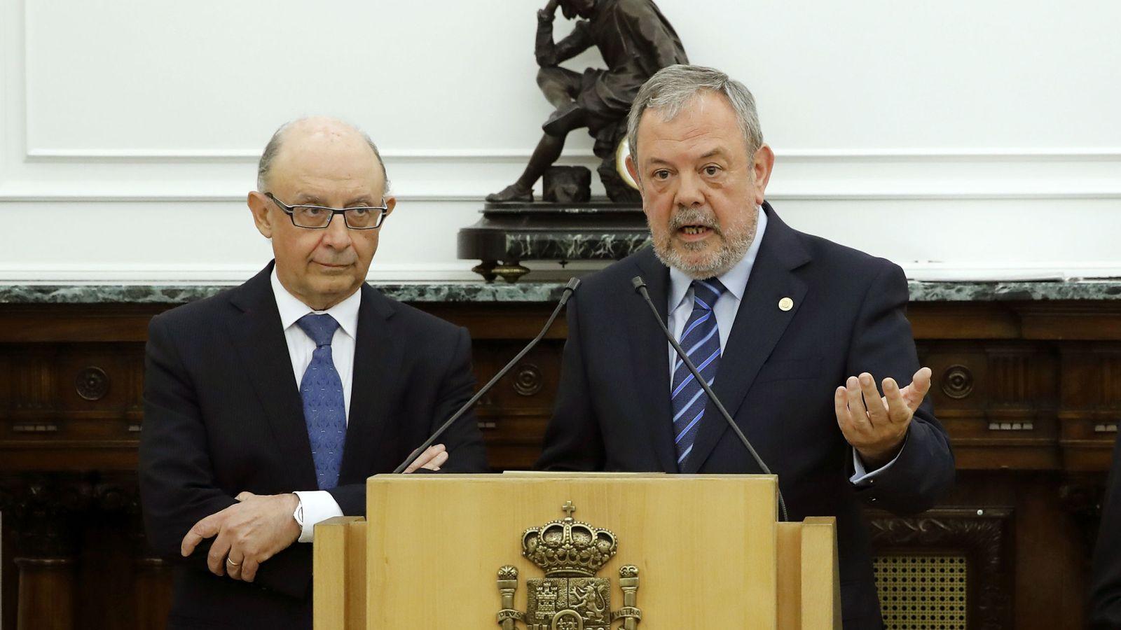 Foto: Cristóbal Montoro y Pedro Azpiazu, tras firmar la actualización del cupo vasco. (EFE)