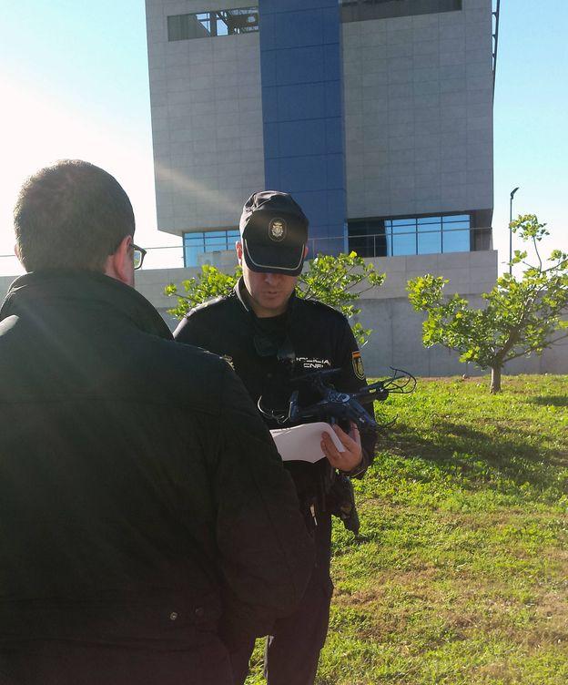Foto: Un Policía, con el dron en su mano. (Policía Nacional)