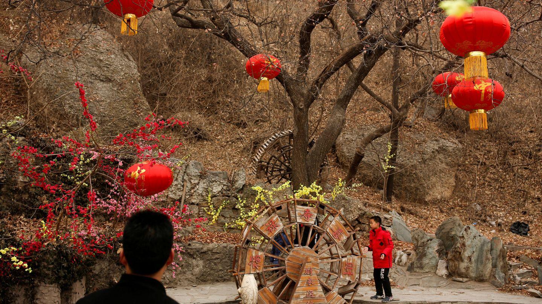 Un niño juega en el parque Badachu durante las celebraciones del Año Nuevo Chino en Pekín, el 17 de febrero de 2018. (Reuters)