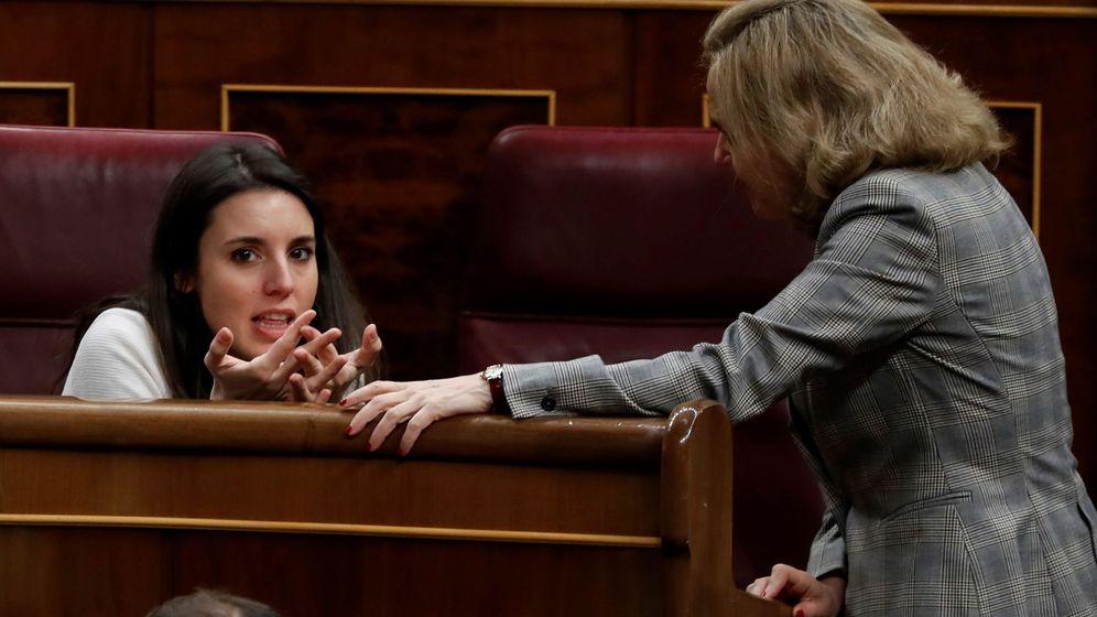 Foto: La ministra española de Economía y Empresa, Nadia Calviño (d), conversa con la portavoz de Podemos en el Congreso, Irene Montero. (EFE)