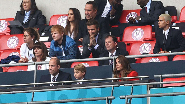 Los duques de Cambridge y George, delante de David Beckham y Ed Sheeran. (Reuters)