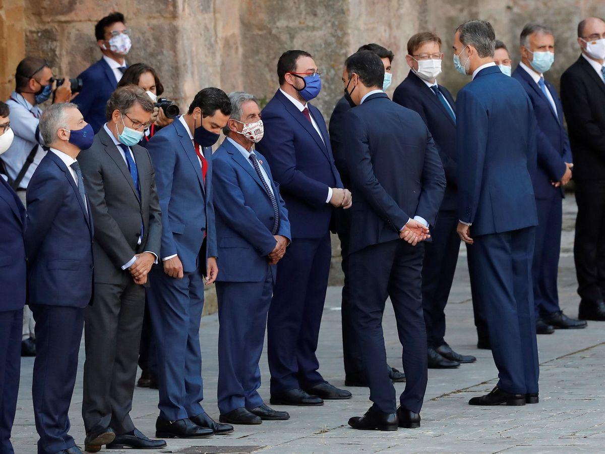 Foto: Felipe VI y el presidente del Gobierno, Pedro Sánchez, saludan a los presidentes autonómicos en San Millán de la Cogolla, en la conferencia de hace un año. (EFE)