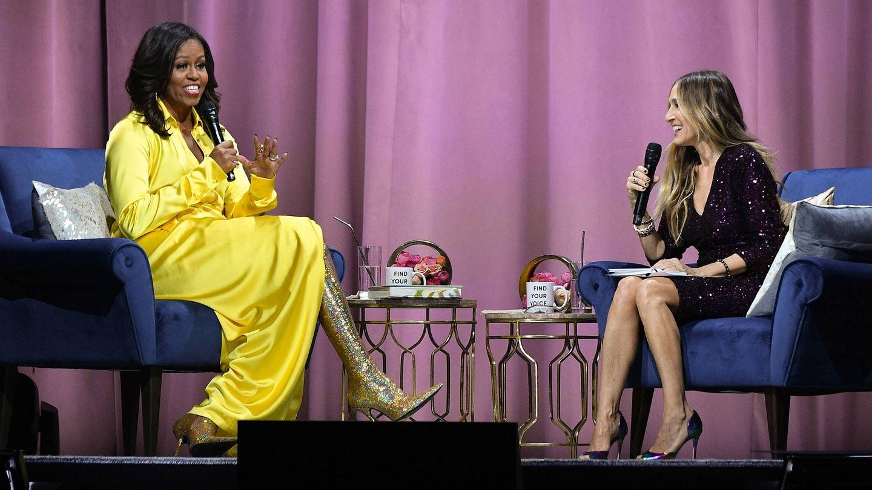 Un momento de la charla de Michelle Obama con Sarah Jessica Parker en el que se ven las botas de 4.000 dólares de Michelle. (Getty)