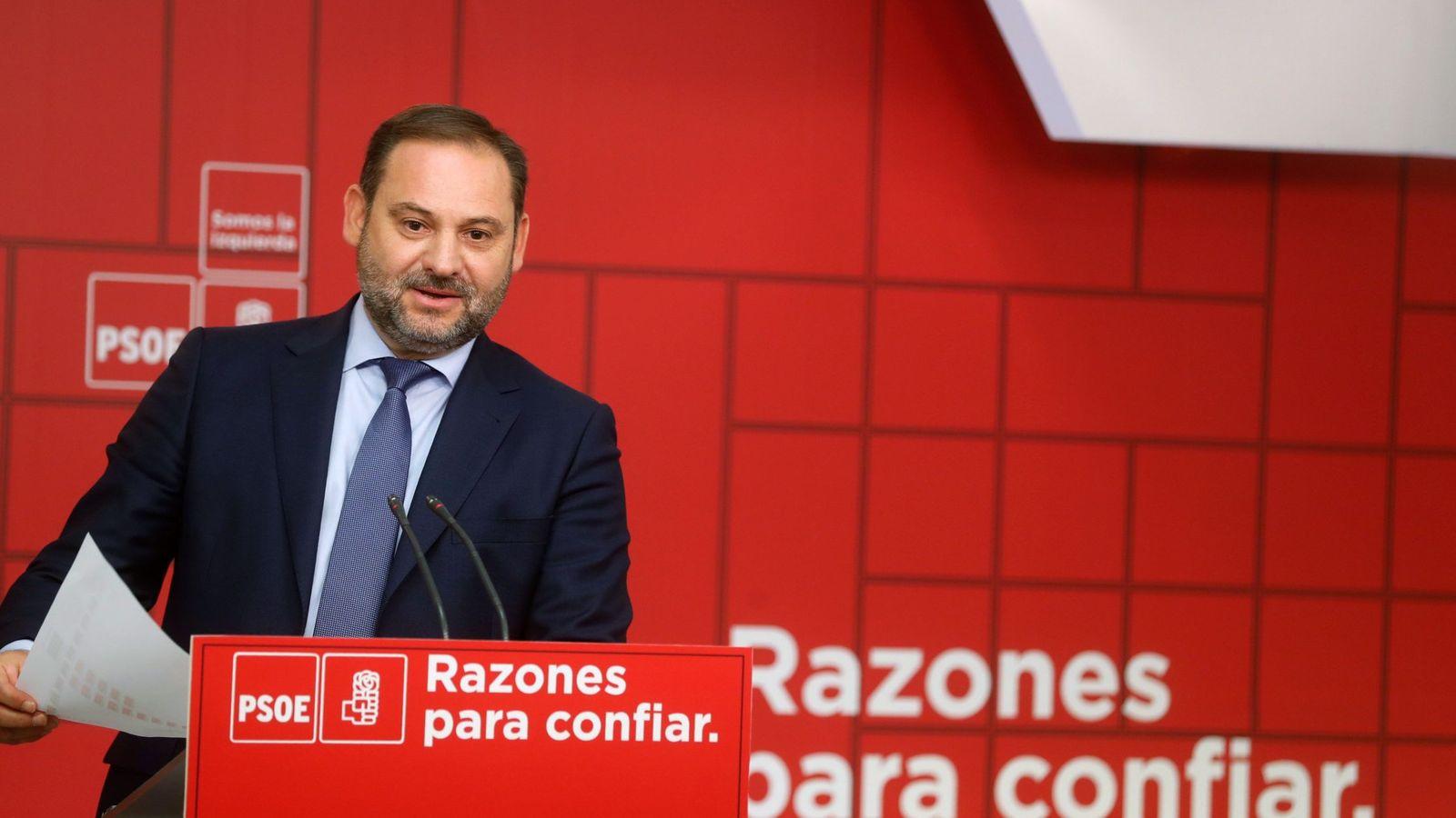Foto: El ministro de Fomento y secretario de Organización del PSOE, José Luis Ábalos, este 1 de octubre en Ferraz. (EFE)