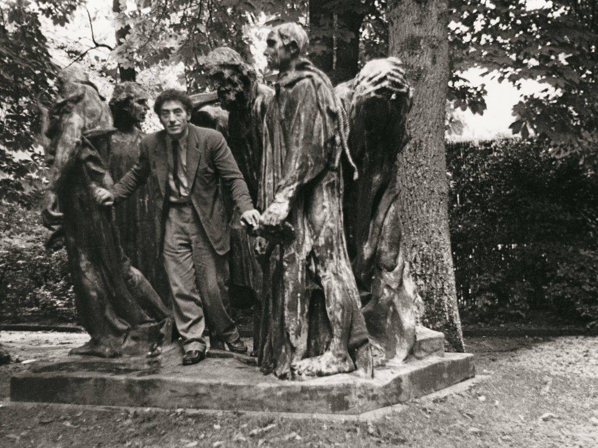 Foto: Giacometti con 'Los burgueses de Calais' de Rodin