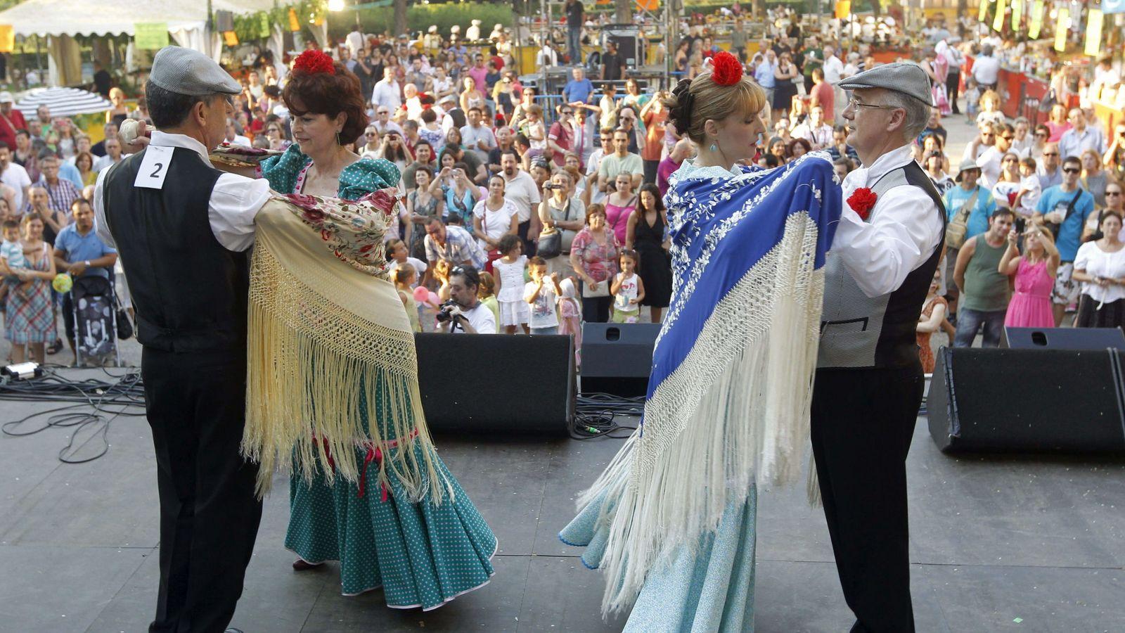 Foto: Concurso de chotis en las fiestas de la Paloma. (EFE)