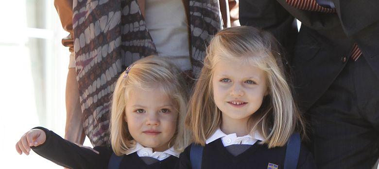 Foto: La infanta Leonor y Sofía a las puertas de su colegio, en una imagen de archivo (I.C.)
