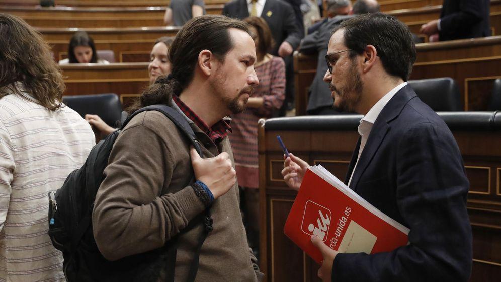 Foto: El secretario general de Podemos, Pablo Iglesias, conversa con el líder de IU, Alberto Garzón, tras el debate de totalidad al proyecto de Ley de Presupuestos Generales del Estado de 2018. (EFE)