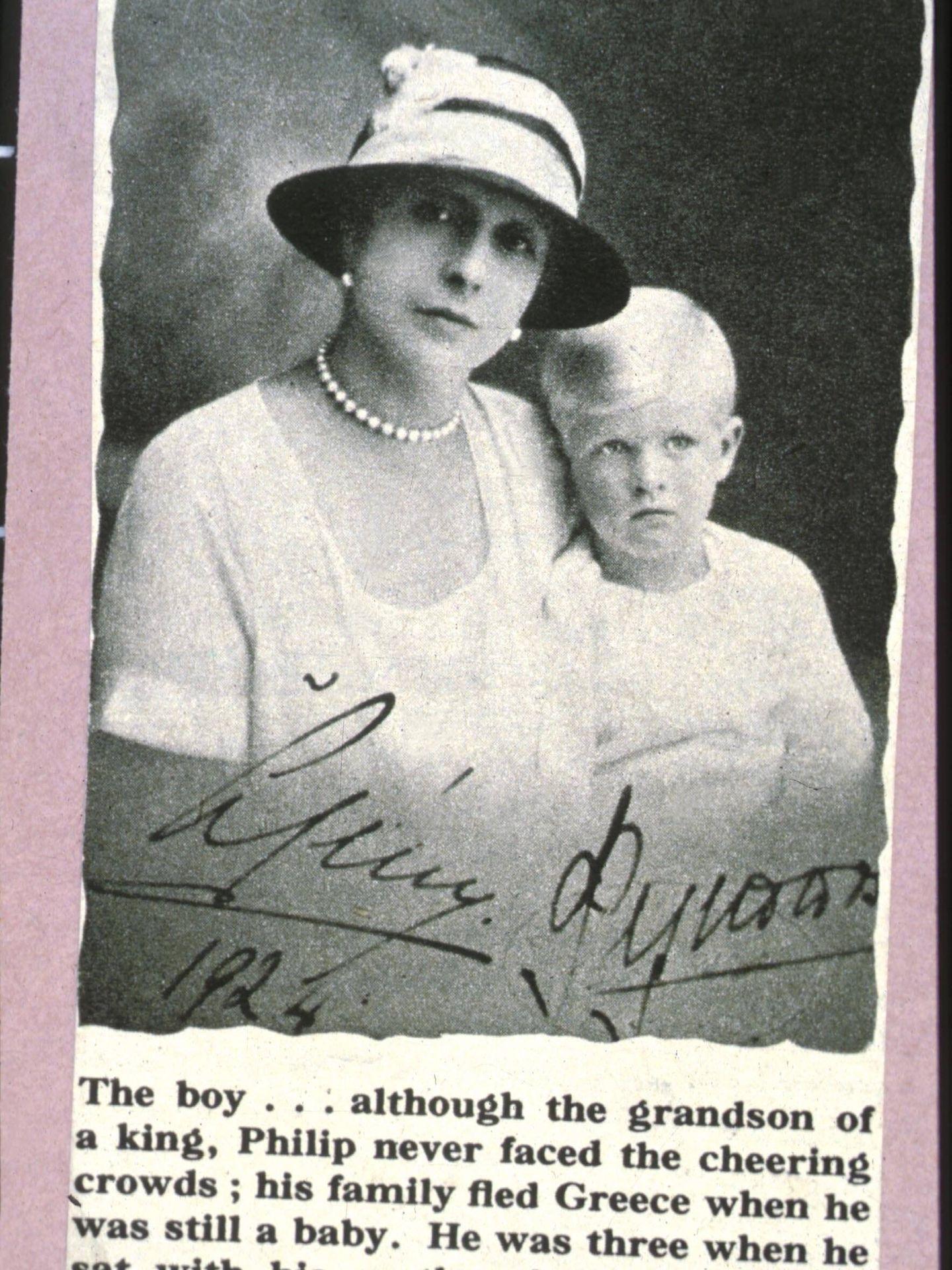 El príncipe Felipe, con tres años en brazos de su madre. (Cordon Press)