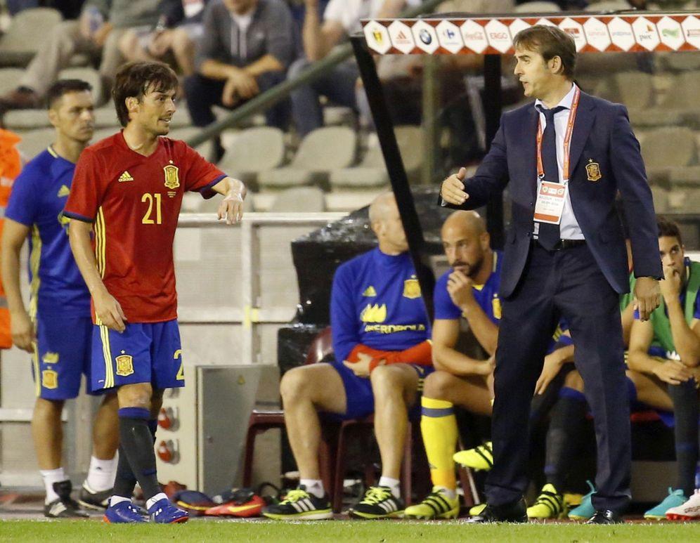 Foto: Julen Lopetegui da instrucciones a Silva durante el partido contra Bélgica. (EFE)