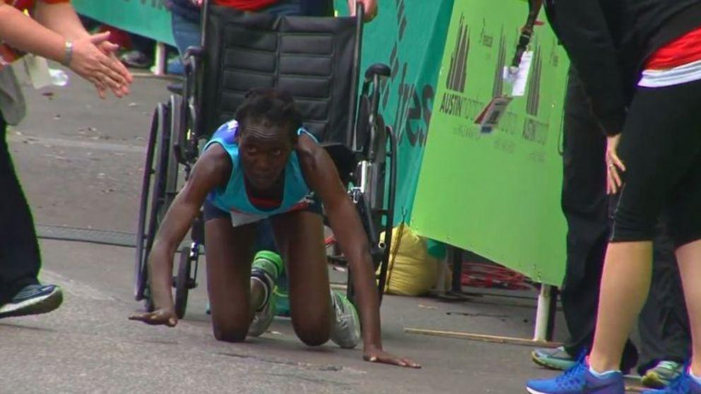 Una atleta se desfonda y acaba a gatas el maratón de Texas