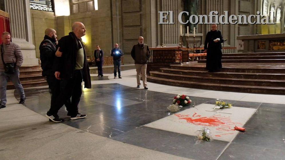 Foto: Enrique Tenreiro, al ser apresado por un guardia de seguridad. (EC)