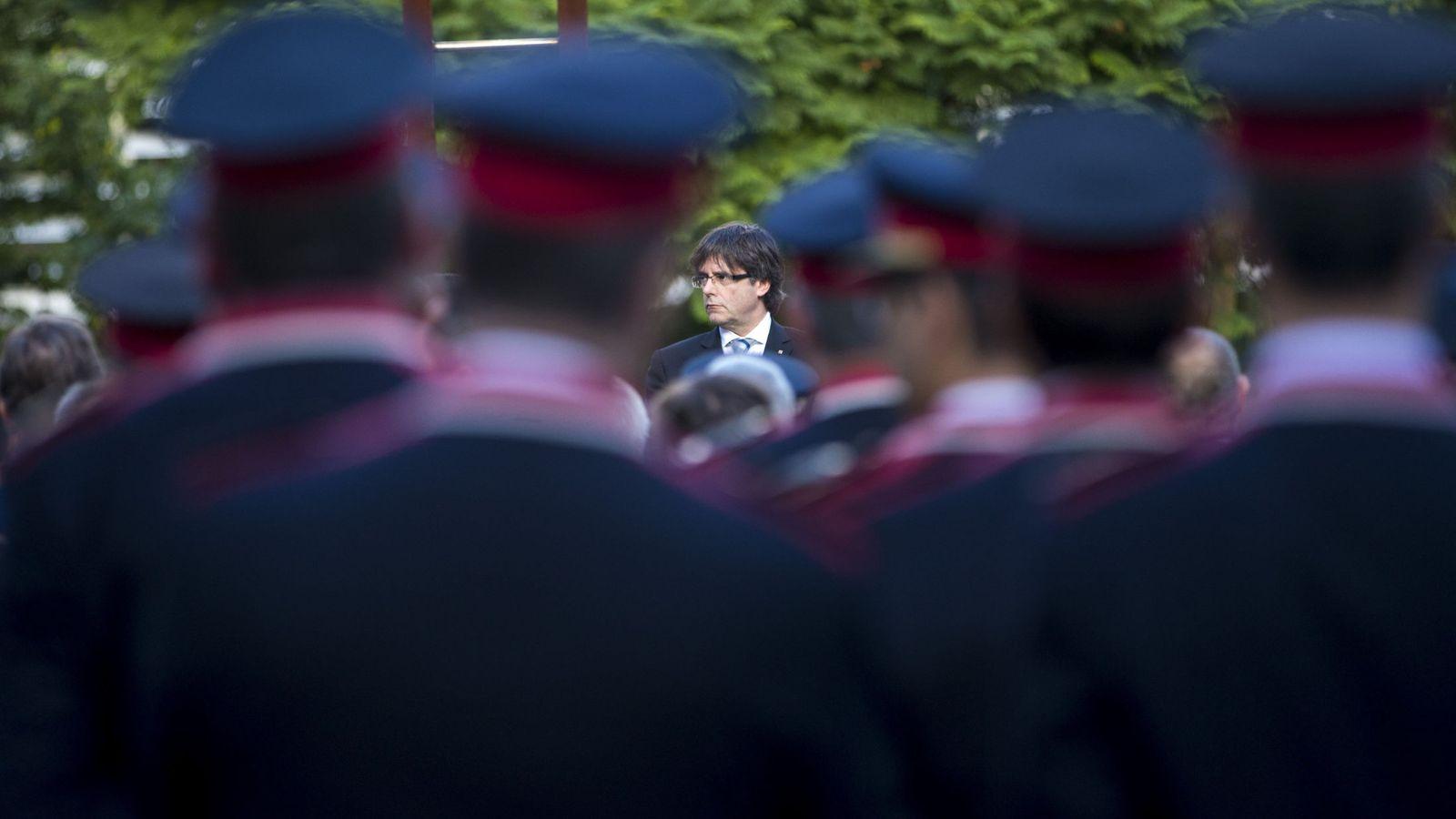 Foto: El presidente de la Generalitat, Carles Puigdemont, durante la inauguración en la sede central de los Mossos d'Esquadra de un monolito conmemorativo. (EFE)