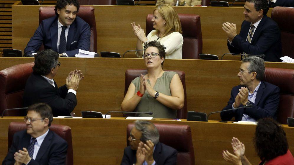 Foto: El diputado del PSPV-PSOE, Francesc Colomer (izq arriba), es aplaudido por sus compañeros tras ser nombrado president de Les Corts. (EFE)