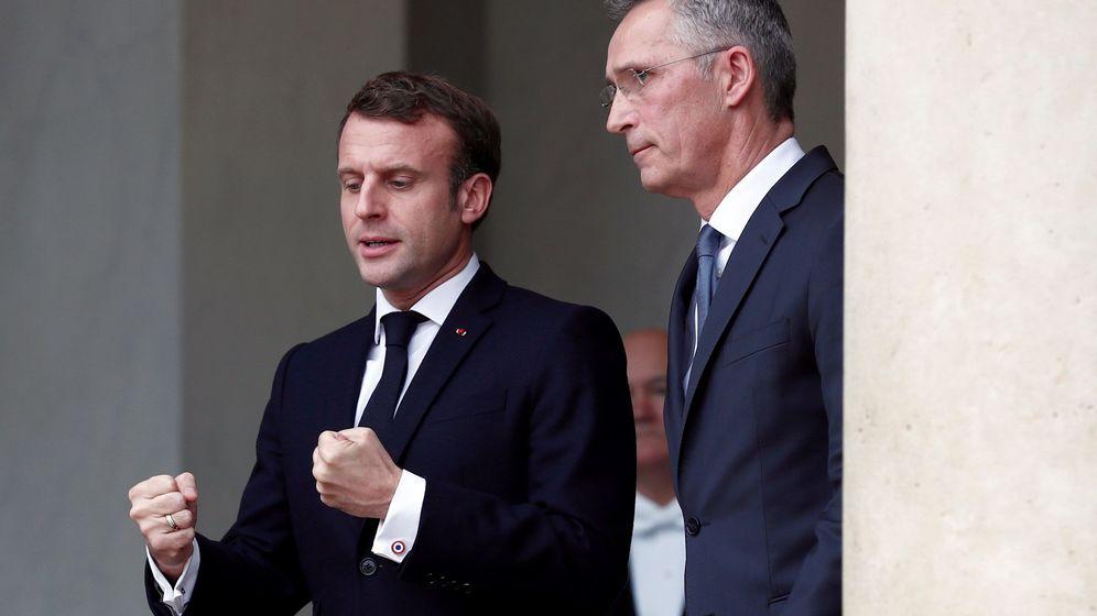 Foto: El presidente francés, Emmanuel Macron (i), junto al secretario general de la Organización para el Tratado del Atlántico Norte (OTAN), Jens Stoltenberg. (EFE)