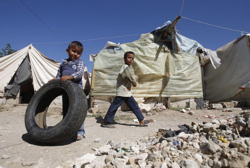Foto: Un niño refugiado palestino juega con una rueda en el campo de Ain Al Helweh, cerca de la ciudad libanesa de Sidón, en octubre de 2013 (Reuters)