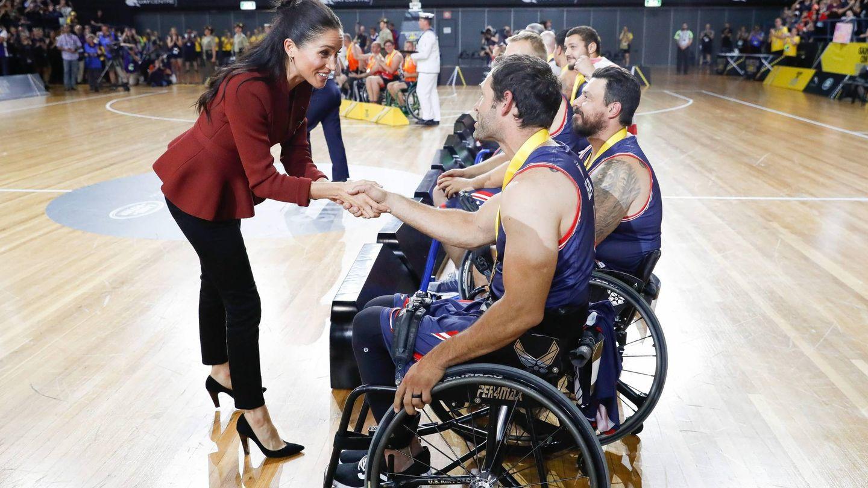 Meghan Markle saluda a los jugadores.(CORDON)