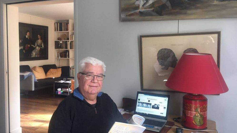 Foto: Jordi Palafox, en el apartamento de París en el que está pasando el confinamiento.
