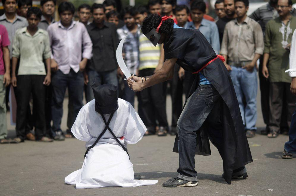 Foto: Miembros de Movimiento Mágico, un grupo de Bangladesh, durante una protesta contra las ejecuciones en Arabia Saudí. (Reuters)