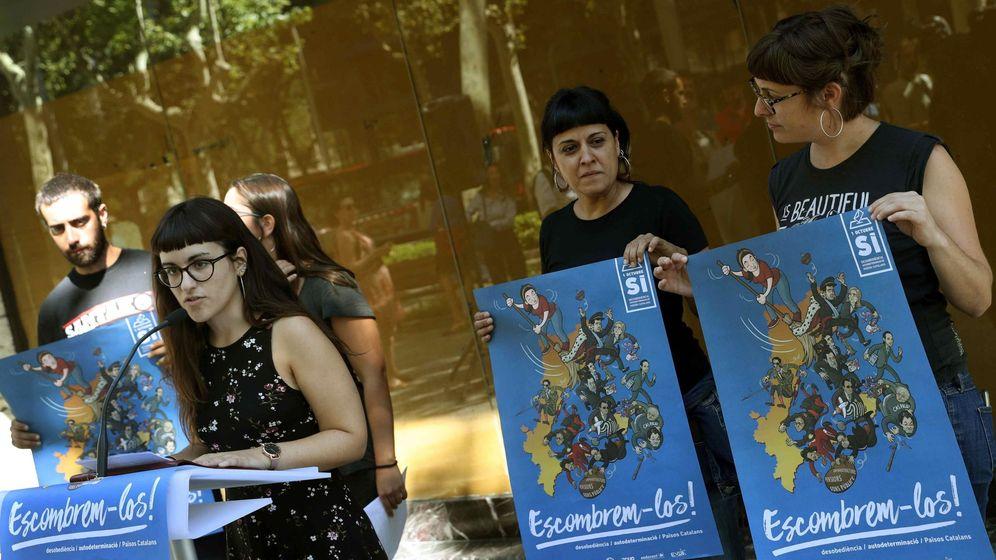 Foto: La portavoz de Arran, Mar Ampurdanès, y las diputadas de la CUP, Anna Gabriel y Mireia Vehí, con el cartel 'Barrámoslos'. (EFE)