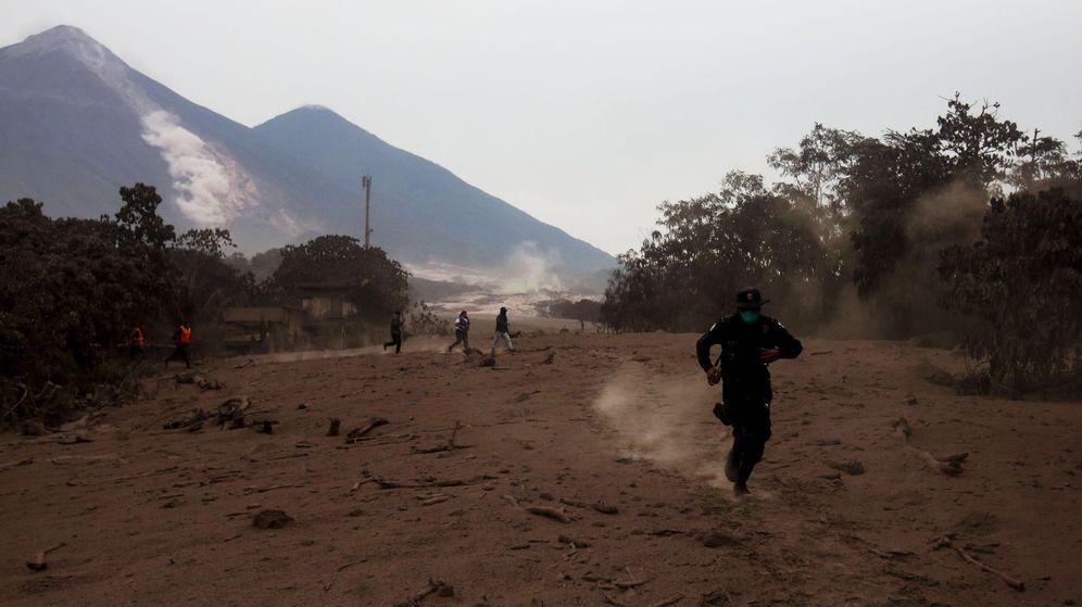 Foto: Un policía corre por un deslizamiento de fluido del volcán de Fuego | EFE Esteban Biba