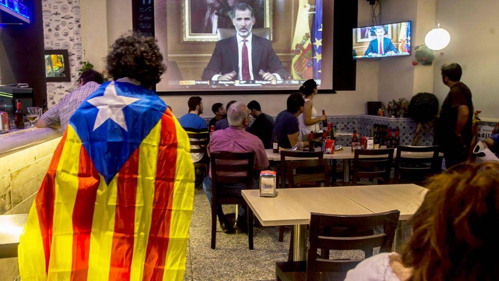 Foto: Un bar de Barcelona con el mensaje del Rey. (EFE)