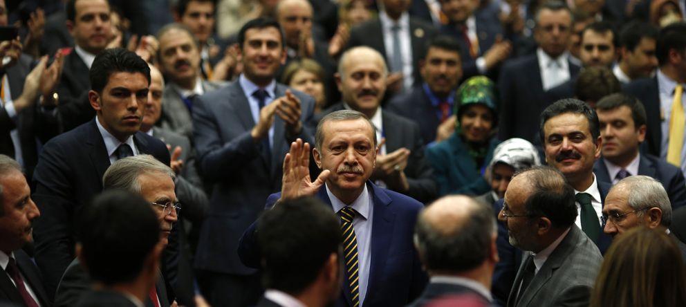 Foto: El mandatario turco Recep Tayyip Erdogan recibe las felicitaciones de miembros de su partido en el cuartel general del AKP en Ankara (Reuters).