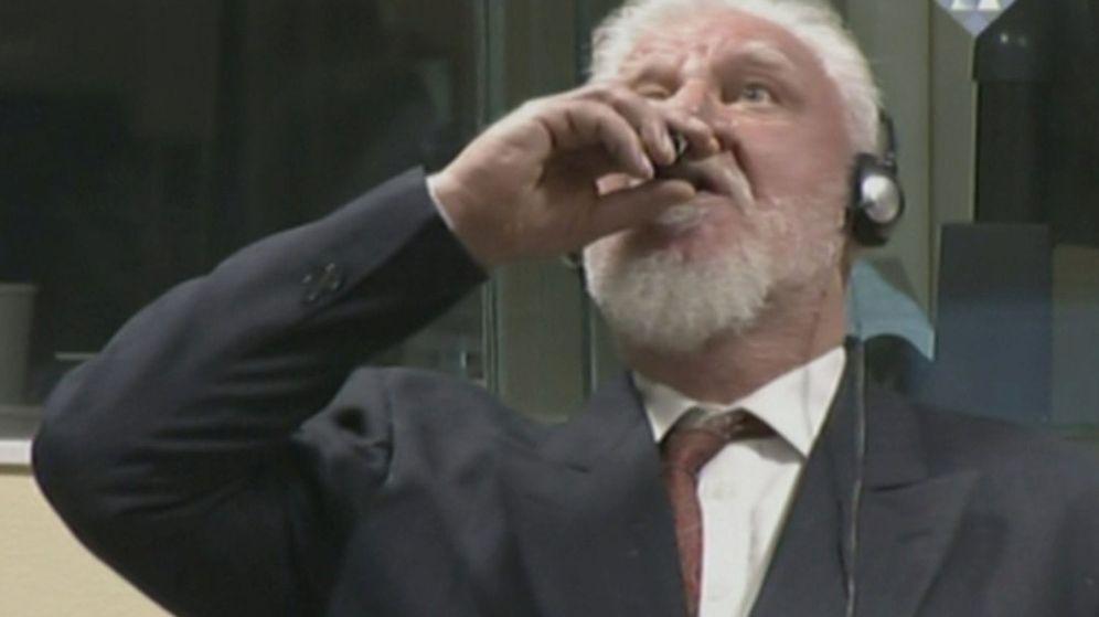 Foto: Slobodan Praljak bebe lo que se cree que podría ser veneno durante su juicio (ICTY/Reuters)
