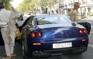 Javier Merino, multado por aparcar su Ferrari en doble fila
