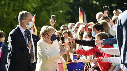 Autógrafos y fans del rey Felipe, protagonistas en la entrega del premio Carlos V a Merkel