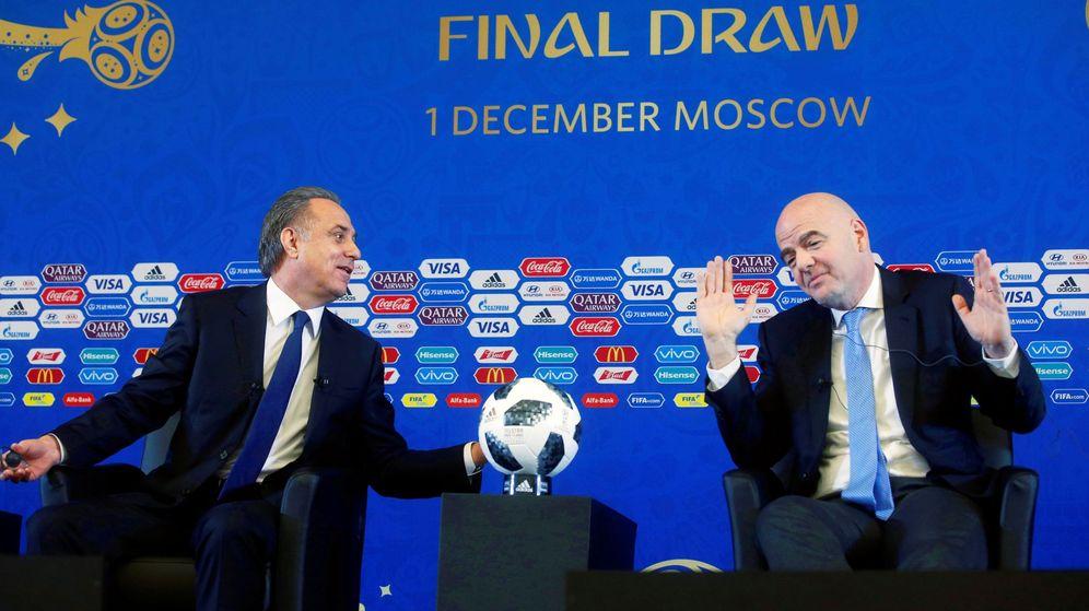 Foto: Vitaly Mutko (i) y Gianni Infantino (d) en una rueda de prensa previo al sorteo del Mundial de Rusia 2018. (EFE)