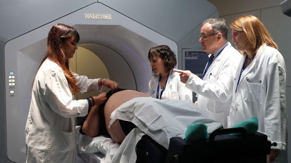 Foto: Vall d'Hebron instala el acelerador de radioterapia más moderno de España donado por la Fundación Amancio Ortega. (EFE)