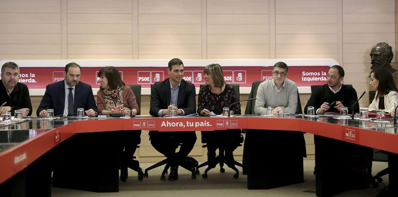 Foto: Pedro Sánchez, en la reunión de la permanente del PSOE, flanqueado por Cristina Narbona y José Luis Ábalos, y Núria Marín y Patxi López, este 22 de enero en Ferraz. (EFE)