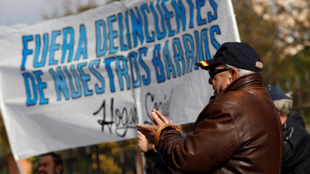 Foto: Decenas de vecinos de Hortaleza se concentran frente a la Residencia de Primera Acogida de Hortaleza. (EFE)