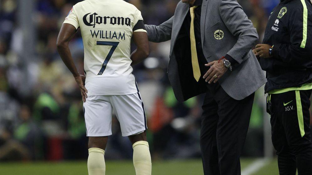 Foto: El técnico del América, Ricardo Lavolpe, da instrucciones a William. (EFE)