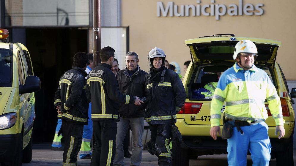 Foto: - Efectivos de los bomberos de la Comunidad de Madrid y del servicio de emergencias SUMMA. (Efe)